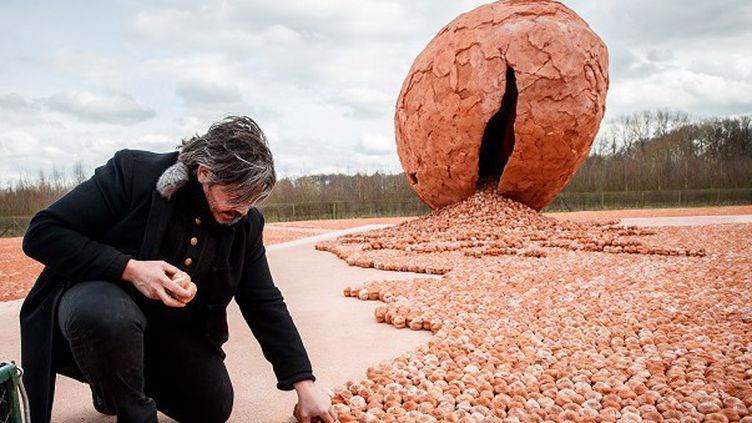L'artisteKoen Vanmechelen devant son oeuvre à Palingbeek  (KURT DESPLENTER / BELGA / AFP)