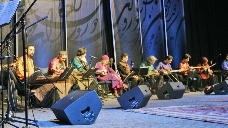 Un célèbre orchestre iranien de musique classique persane, le Shahnaz Ensemble, ici en concert à Dubaï en 2011.  (Kamran Jebreili/AP/SIPA)