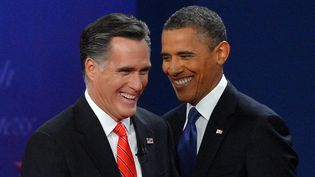 Mitt Romney et Barack Obama à l'issue du débat de Denver, dans le Colorado (Etats-Unis), le 3 octobre 2012. (JEWEL SAMAD / AFP)