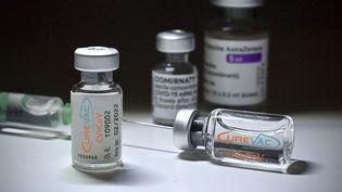 Desflacons du candidat vaccin contre le Covid-19 du laboratoire allemand CureVac. (FRANK HOERMANN/SVEN SIMON / SVEN SIMON / AFP)