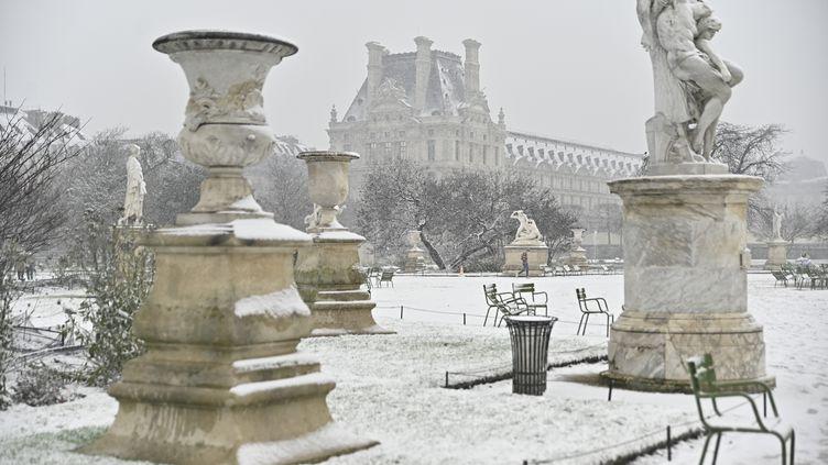 Les Tuileries sont recouvertes de neige à Paris, le 16 janvier 2021. (JULIEN MATTIA / ANADOLU AGENCY/AFP)