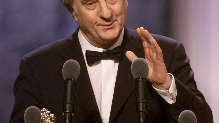 """L'acteur Michel Aumont reçoit le Molière du meilleur acteur pour """"Un sujet de roman"""", en 2000. (JEAN-PIERRE MULLER / AFP)"""