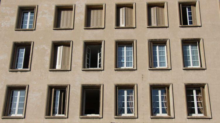 Confinement - fenêtre d'un immeuble à Valence (Drôme). (CLAIRE LEYS / FRANCE-BLEU DRÔME-ARDÈCHE)