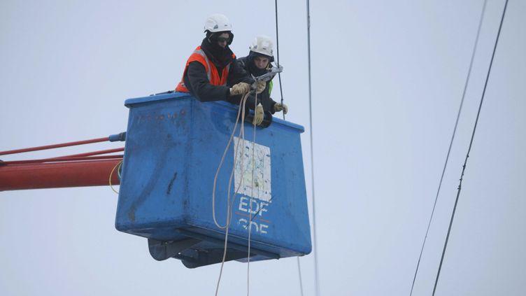 Réparation de lignes de courant par ERDF. (EDOUARD BRIDE / MAXPPP)