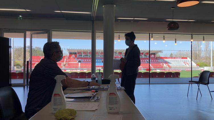 Le centre de vaccination du stade Gaston-Gérard a ouvert fin janvier (31 mars 2021). (EMMA SARRANGO / RADIO FRANCE)