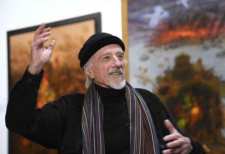 Arik Brauer entouré de ses toiles, le 4 janvier 2019 à Vienne. (ROBERT JAEGER / APA-PICTUREDESK)