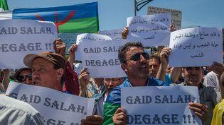 """Les manifestants dans les rues de Bejaïa, le 10 mai 2019, pour le 12e vendredi de contestation pacifique avec des pancartes réclamant un""""Etat civil et non militaire"""",""""Une république et non pas une caserne""""et""""Gaïd Salah dégage !"""" (SAMIR MAOUCHE / HANS LUCAS)"""