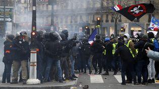 """Des membres des forces de l'ordre face à des """"gilets jaunes"""", à Paris, le 2 février 2019. (FRANCOIS GUILLOT / AFP)"""