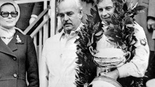 Jean-Pierre Beltoise aux côtés du prince Rainier de Monaco et de la princesse Grace de Monaco, à l'issue du 30e Grand prix de Formule 1. C'est la première victoire du pilote en Formule 1. (AFP)