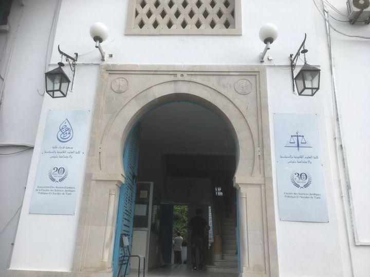 L'entrée de lafaculté des sciences juridiques, politiques et sociales de Tunis, où Kaïs Saïed a été professeur de droit constitutionnel. Photo prise le 16 octobre 2019. (FTV - Laurent Ribadeau Dumas)