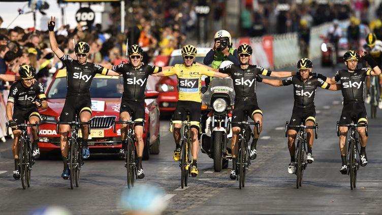Chris Froome entouré par ses coéquipiers de Sky (ERIC FEFERBERG / AFP)