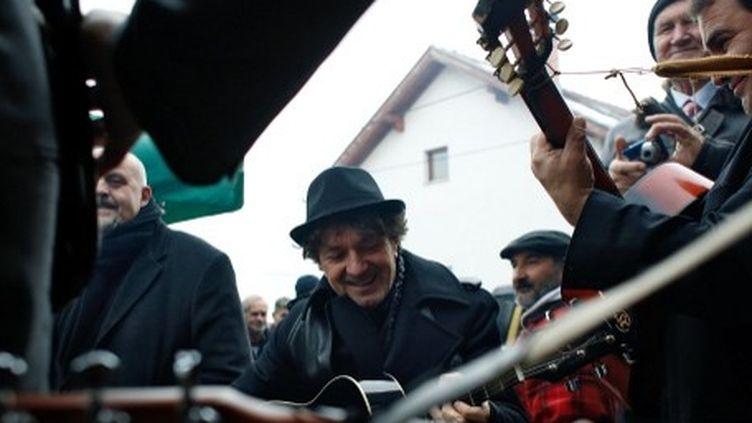 Goran Bregovic accompagne à la guitare des musiciens de communauté Rom, Sarajevo, décembre 2013.  (ELVIS BARUKCIC / AFP)