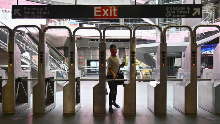 Un voyageur dans le métro de New York City (Etats-Unis), le 7 juillet 2020. (ANGELA WEISS / AFP)