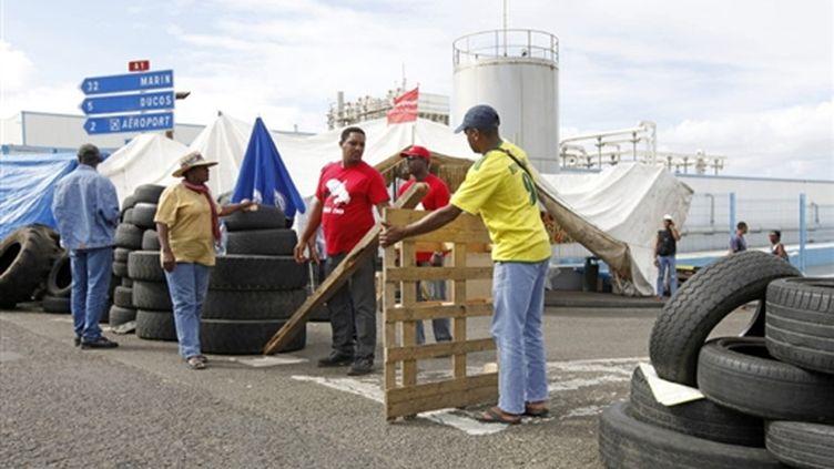 Des grévistes martiniquais bloquent l'accès aux zones industrielles à Fort-de-France le 10 mars 2009 (© AFP PHOTO PATRICE COPPEE)