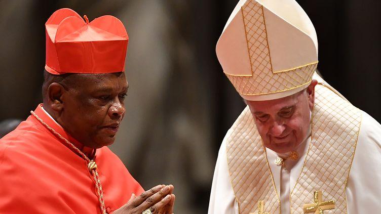 L'archevêque de Kinshasa Fridolin Ambongo Besungu en compagnie du pape François. Photo prise le 5 octobre 2019 dans la cité du Vatican. (TIZIANA FABI / AFP)