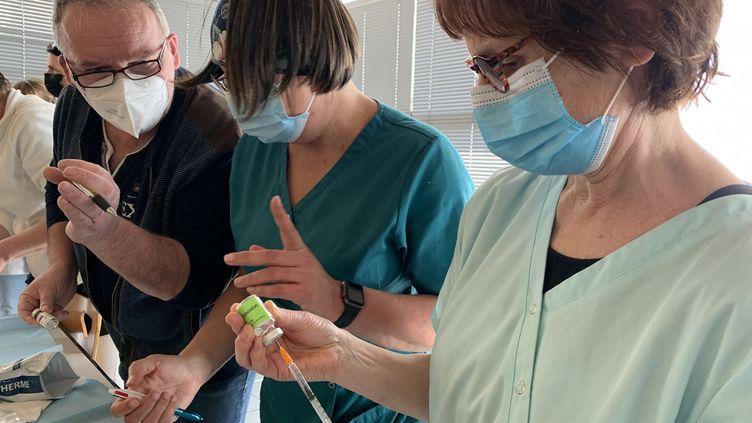 Des infirmiers de Plougastel (Finistère) préparent leurs doses de vaccin contre le Covid-19 avant une tournée des patients à domicile. (NICOLAS OLIVIER / FRANCE-BLEU BREIZH IZEL)