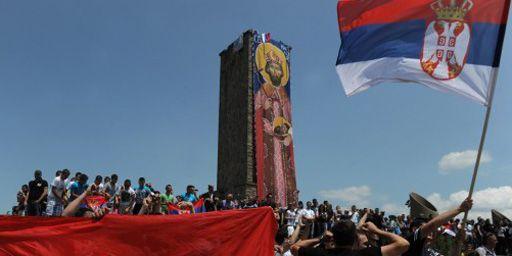 Serbes brandissant leur drapeau lors d'une cérémonie pour marquer l'anniversaire de la bataille du Champ des merles en 1389. Cette bataille, une défaite serbe, avait ouvert la voie à cinq siècles de domination ottomane sur les Balkans. (AFP - Armend Nimani)