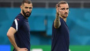 Karim Benzema et Antoine Griezmann lors de l'échauffement avant France-Suisse, le 27 juin 2021. (FRANCK FIFE / AFP)