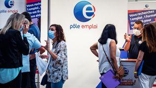 Des gens s'informent auprès de Pôle emploi, le 2 septembre 2021 àPerpignan (Pyrénées-Orintales). (ARNAUD LE VU / HANS LUCAS / AFP)