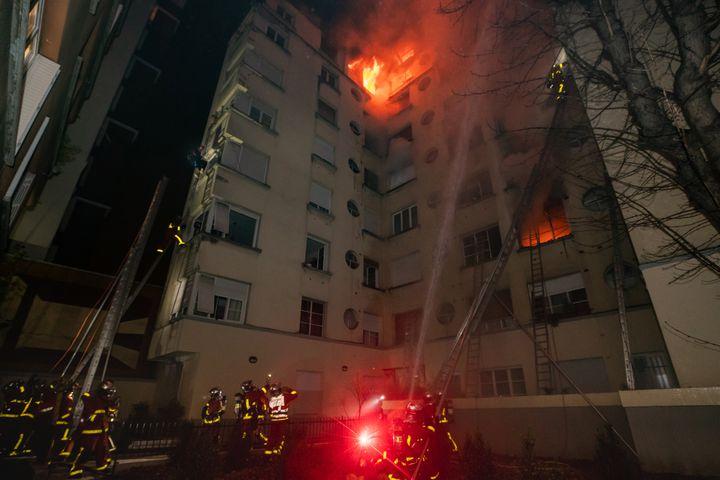 Des pompiers interviennent rue Erlanger, à Paris, le 5 février 2019, pendant un incendie dans un immeuble. (BENOIT MOSER / BRIGADE DE SAPEURS-POMPIERS DE PARIS)