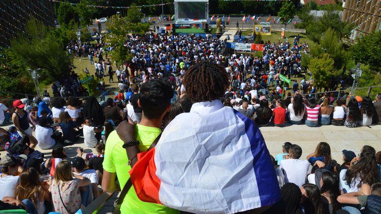 Des supporters de l'équipe de France dans la fan zone de Noisy-le-Grand (Seine-Saint-Denis), le 26 juin 2018. (ALPHACIT NEWIM / CROWDSPARK / AFP)