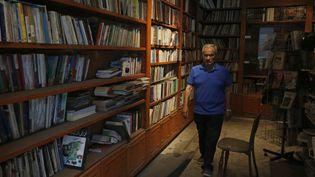 Le libraire Salam al-Nouri, 71 ans,dansl'unde ses établissements, qu'il a dû fermer en 2000 (Damas, 12 octobre 2021) (LOUAI BESHARA / AFP)