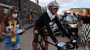 Romain Bardet, cuissard déchiré, à l'arrivée de la 13e et dernière étape de son Tour de France 2020. (KENZO TRIBOUILLARD / AFP)