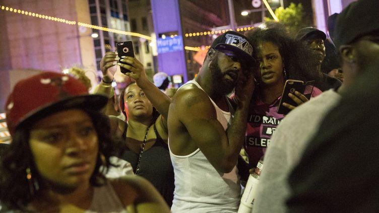 Des manifestants du rassemblent antiraciste de Dallas (Etats-Unis) après la fusillade qui a ciblé des policiers, le 7 juillet 2016. (LAURA BUCKMAN / AFP)