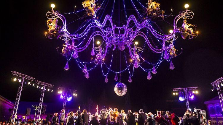 """""""Cristal Palace, bal au clair de lustre"""", le nouveau spectacle aérien de la Cie Transe express a clôturé le 33e festival international de théâtre de rue d'Aurillac  (Juan Robert)"""