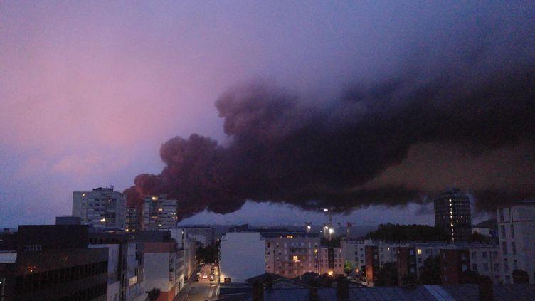 Des panaches de fumée recouvrent Rouen (Seine-Maritime) lors d'un incendie dans l'usine Lubrizol, le 26 septembre 2019. (THIBAUT DROUET / AFP)