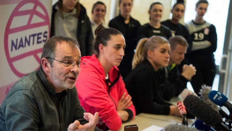 Le président du club Nantes Atlantique Handball Arnaud Ponroy face à la presse vendredi 14 février à Nantes (Loire-Atlantique). A ses côtés, les joueuses Camille Ayglon-Saurina, Léa Lignières et l'entraîneur Allan Heine. (LOIC VENANCE / AFP)