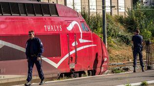 Des policiers à Arras (Pas-de-Calais),près du train Thalys à bord duquel a eu lieu une attaque qui a fait deux blessés, le 22 août 2015. (PHILIPPE HUGUEN / AFP)