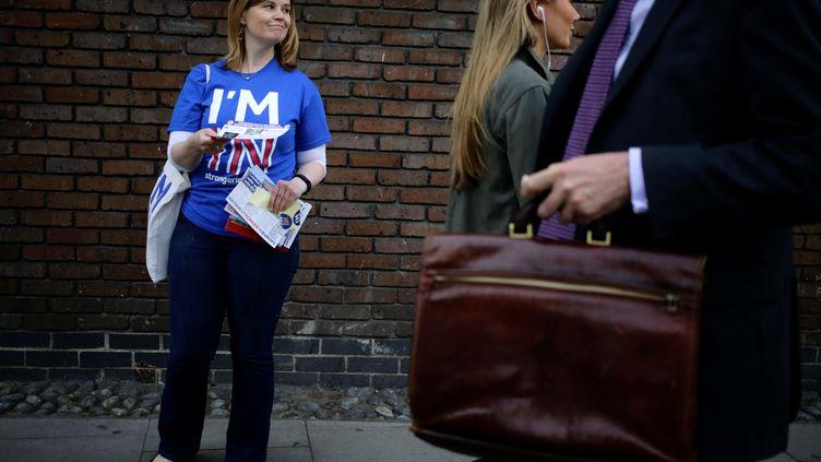 Une femme distribue des prospectusdans le cadre de la campagne sur le maintien ou la sortie du Royaume-Uni de l'Union européenne, le 20 mai 2016 à Londres. (KEVIN COOMBS / REUTERS)