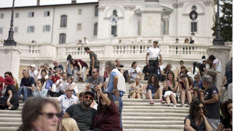 Des personnes assises sur les marches de l'escalier de la Trinité des Monts à Rome, le 23 septembre 2016. (ANDREW MEDICHINI / AP / SIPA)
