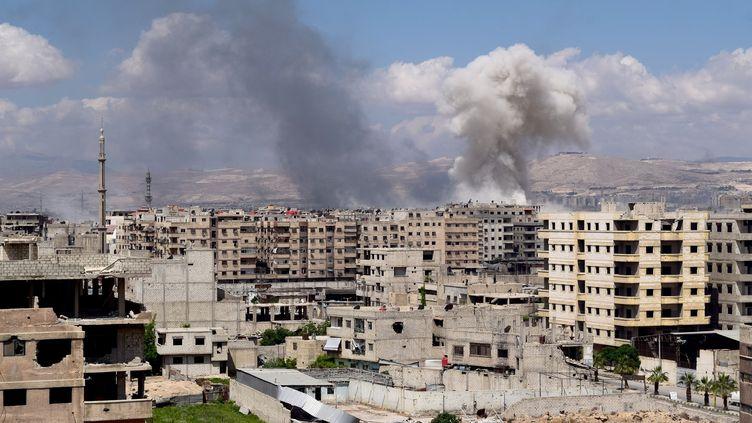 De la fumée s'élève après queles forces du régime Assad ont mené des frappes aériennes sur la partie du camp de réfugiés de Yarmouk contrôlée par l'EI, à Damas (Syrie), le 24 avril 2018. (FADI SHUBAT / ANADOLU AGENCY / AFP)