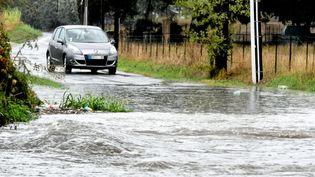 Une voiture face à la montée des eaux, sur une route entre Montpeller et Saint-Jean-de-Védas (Hérault), mardi 22 octobre 2019. (MAXPPP)