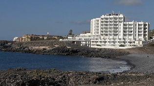 Des centaines de touristes sont confinés dans un hôtel à Tenerife, aux Canaries (Espagne), mardi 25 février. Une décision prise après l'annonce d'un cas suspect de Covid-19. Un touriste italien aurait été diagnostiqué positif. (FRANCE 3)