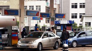 A Addis-Abeba, les voitures font la queue aux stations d'essence pour se ravitailler lors d'une grave pénurie de carburant, le 19 juillet 2017. (MINASSE WONDIMU HAILU / ANADOLU AGENCY)