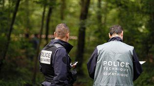 Deux policiers, à Paris, le 18 juin 2012. (Photo d'illustration) (KENZO TRIBOUILLARD / AFP)