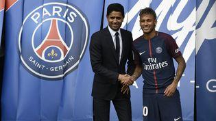Le président du PSG, Nasser Al-Khelaifi, pose avec sa recrue Neymar, le 4 août 2017 au Parc des princes. (PHILIPPE LOPEZ / AFP)