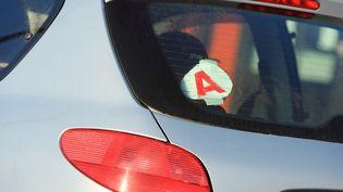 Le A indiquant qu'un conducteur apprenti est au volant. (PHILIPPE TURPIN / MAXPPP)