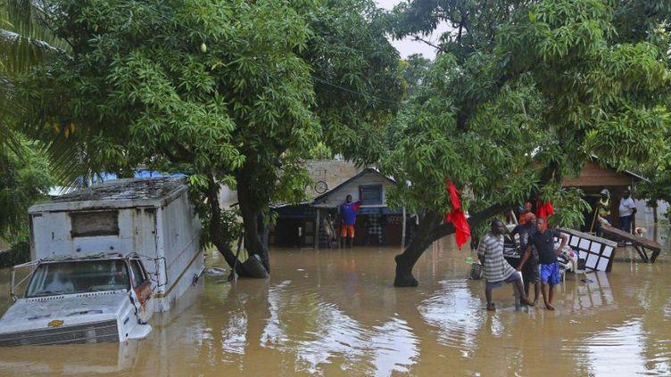 Des habitants de Léogâne, en Haïti, le26 octobre2012 après le passage de l'ouragan Sandy. (CARL JUSTE / AP / SIPA )