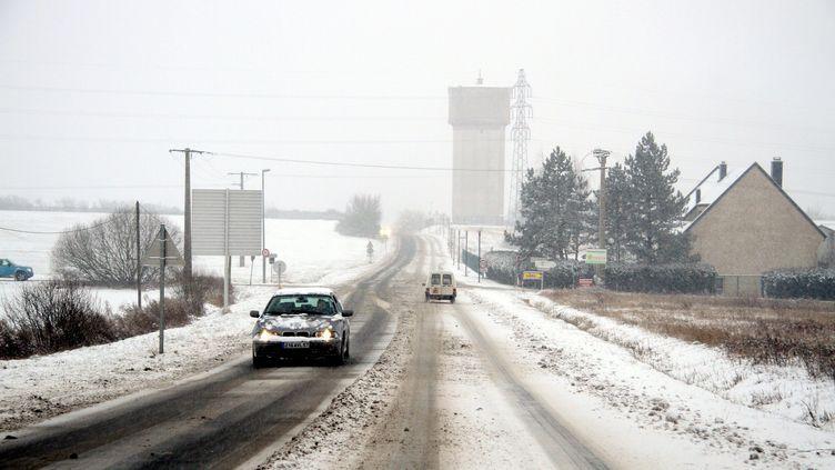 Les routes de Lorraine sont enneigées, comme ici près de Thionville (Moselle), le 15 janvier 2013. (MAXPPP)