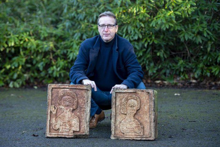 Arthur Brand et les deux pierres gravées millénaires espagnoles restituées à Madrid (janvier 2019)  (NIKLAS HALLE'N / AFP)