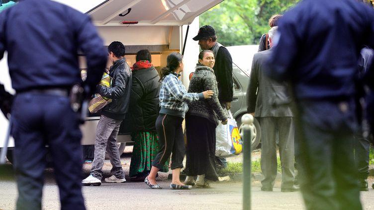 Des Roms prennent leurs affaires alors qu'ils sont expulsés d'un camp, le 5 juin 2013 à Lille (Nord). (PHILIPPE HUGUEN / AFP)
