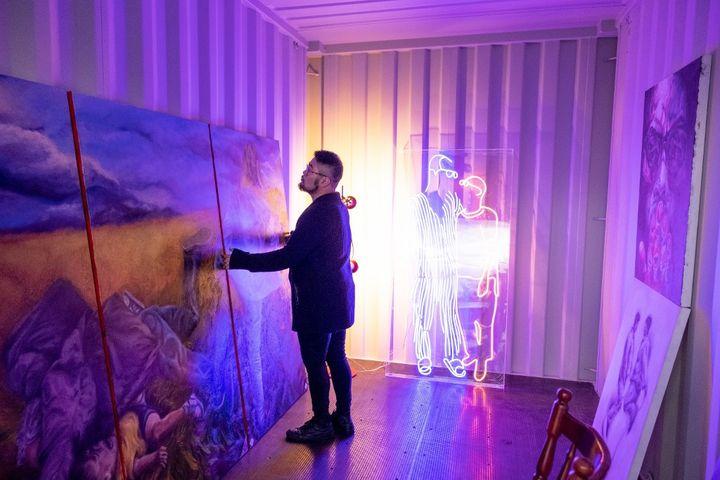 Baducao davanti al suo trittico di Ailan Kurdi nel suo studio a Melbourne. (Asanka Brendon Ratnayake / AFP)'Ailan Kurdi dans son studio à Melbourne. (ASANKA BRENDON RATNAYAKE / AFP)