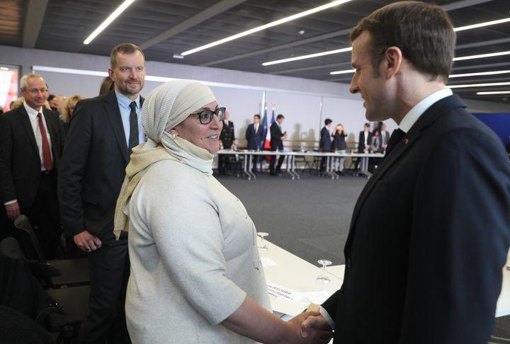 Franck Horter (deuxième en partant de la gauche) et Emmanuel Macron, le 18 février 2020, lors d'une rencontre avec des associations à Bourtzwiller, quartier populaire de Mulhouse. (DAREK SZUSTER / MAXPPP)