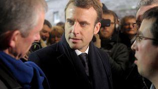 Le candidat d'En marche ! à la présidentielle, Emmanuel Macron, visite une ferme laitière, le 16 janvier 2017 à Ploeven (Finistère). (FRED TANNEAU / AFP)