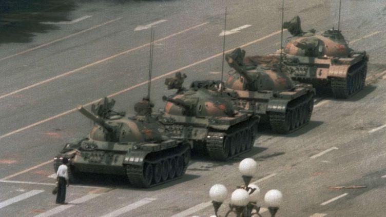 Le 5 juin 1989, un homme se tient devant une file de chars sur une avenue menant à la place Tiananmen, à Pékin (Chine). (JEFF WIDENER / AP / SIPA)