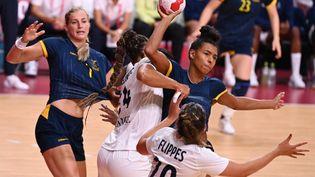 Les Bleues n'ont pas le droit à l'erreurface à la Suède pour leur troisième match de poule du tournoi olympique. (MARTIN BERNETTI / AFP)